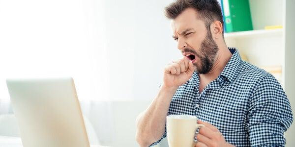 Hombre bostezando