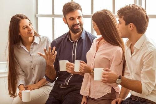 Tipos de liderazgo: hombre con carisma rodeado de compañeros