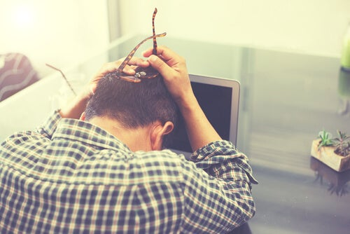 Hombre preocupado por los efectos del estrés laboral