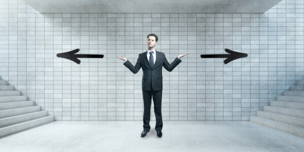 Hombre con pensamiento reversible con dos flechas