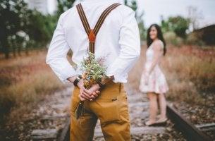 Hombre con un ramo de flores