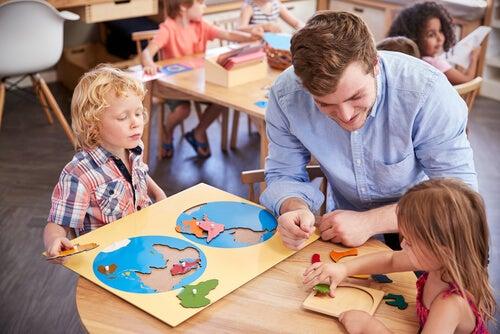 Hombre educando desde el método de María Montessori