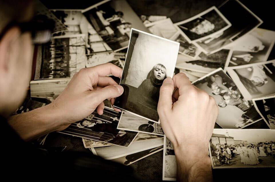 Hombre sosteniendo la foto de un niño