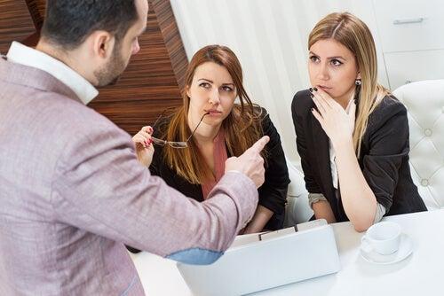Jefe señalando a su empleada
