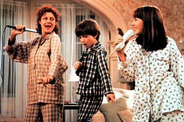 Madre con hijos cantando de la película Quédate a mi lado