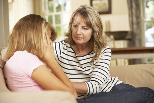 Madre consolando a su hija adolescente y preguntándose cómo ayudar a un adolescente
