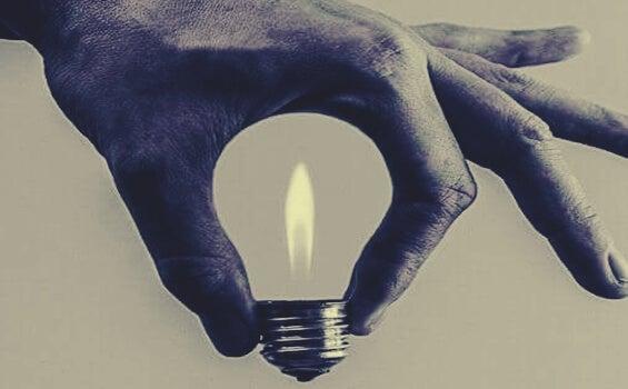 mano conteniendo bombilla representando las ideas de las frases de Anna Freud