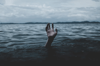 Mano saliendo del agua