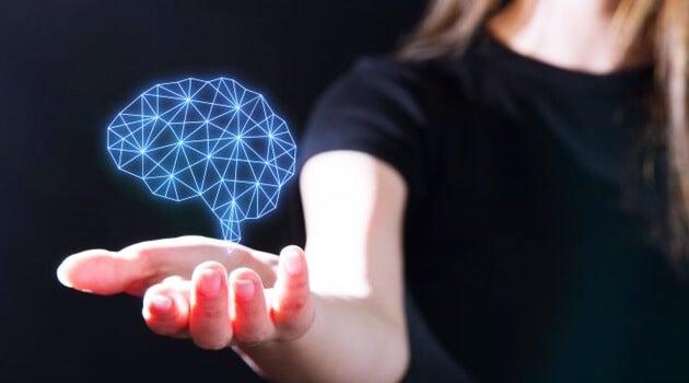mano sujetando cerebro representando los tipos de mentes