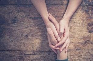 Manos de una persona cogiendo otras