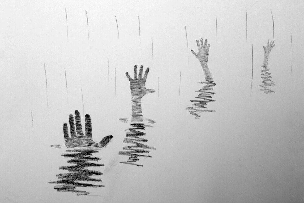 Manos saliendo del agua pidiendo ayuda