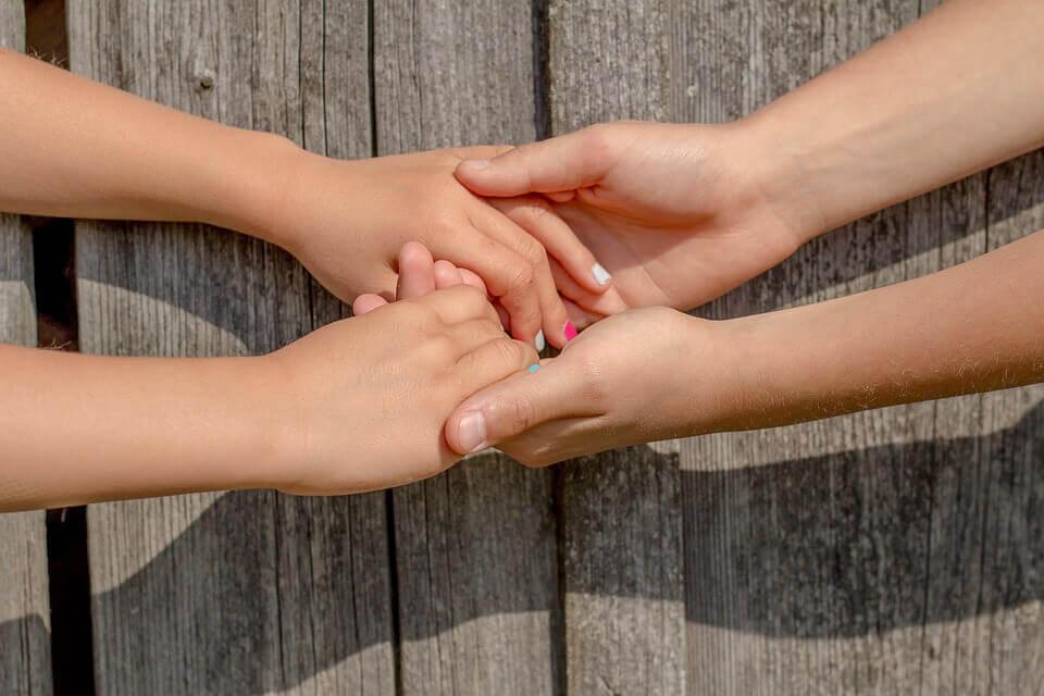 Manos unidas como medida para reducir los prejuicios