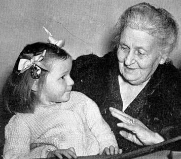 María Montessori con una nina