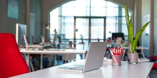 Mesa de trabajo con ordenador