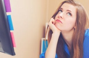 Mujer aburrida procrastinando