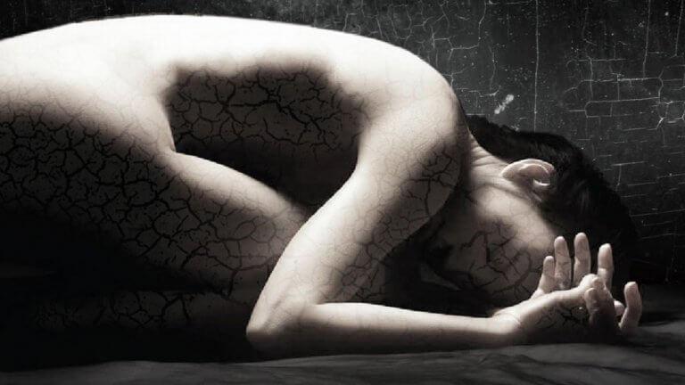 Mujer agachada fragmentada