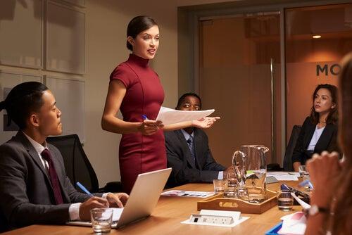 Mujer con carisma en una reunión