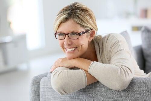 Mujer con gafas simbolizando los 12 arquetipos de personalidad