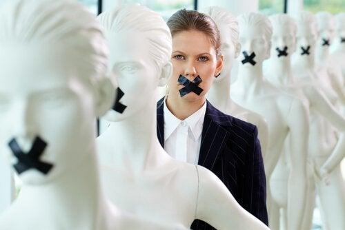 Mujer con la boca tapada