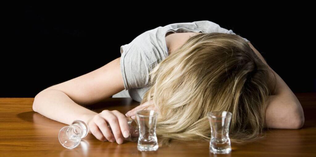 Mujer con malestar por su problema con la bebida