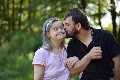 Mujer con síndrome de down con su pareja