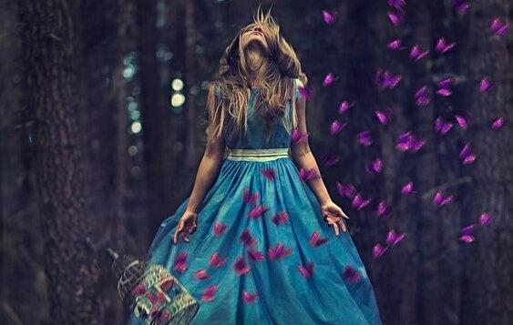 mujer con vestido azul pensando en que no lo sientes