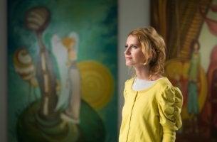 Mujer en el museo para simbolizar el síndrome de Stendhal