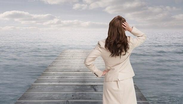 mujer frente a océano intentando superar un mal día