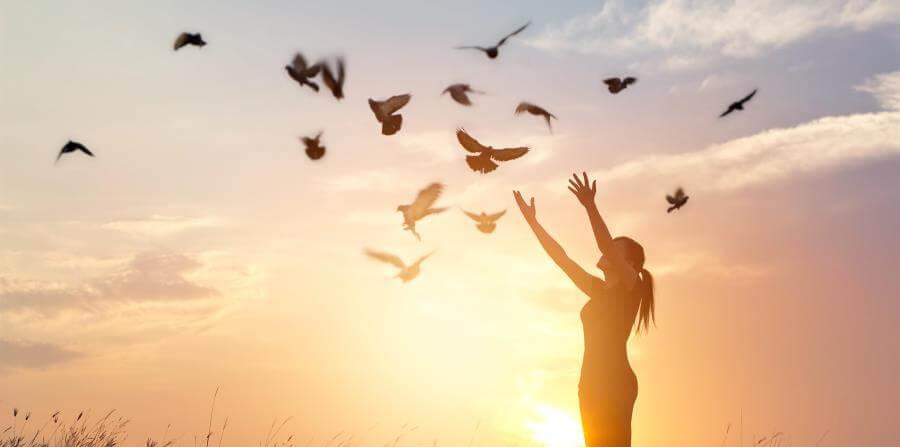 chica soltando palomas representando las frases de Isabel Allende