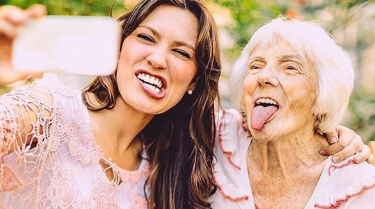 mujer mayor con amiga joven pensando en envejecer felices