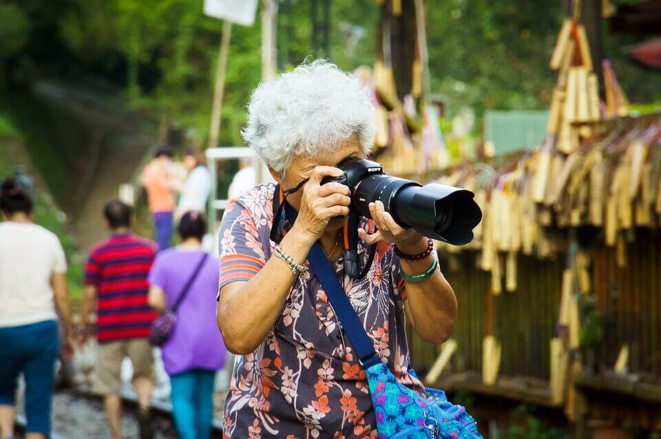 Mujer mayor haciendo fotos