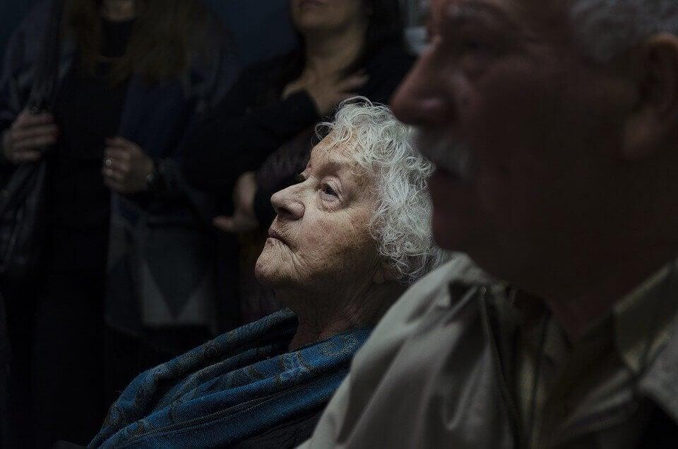 Mujer mayor mirando hacia arriba