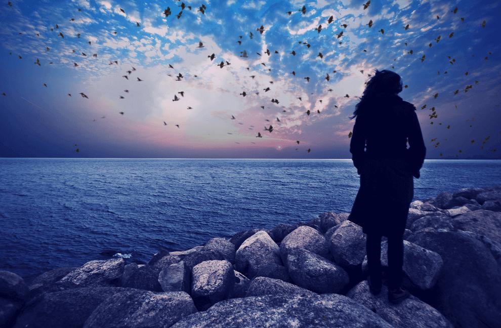 Mujer con problemas de autoestima mirando al mar