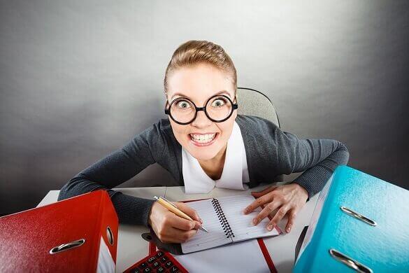 Mujer obsesiva trabajando