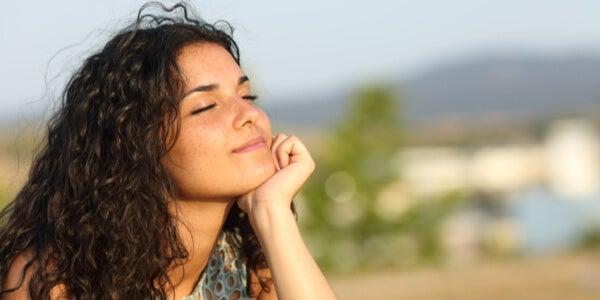 Mujer pensando con los ojos cerrados