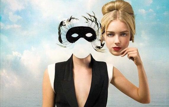 mujer sujetando su rostro representando las frases de Jacques Lacan