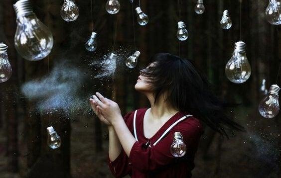 mujer rodeada de bombillas pensando en que no lo sientes