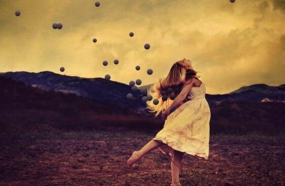 mujer rodeada de esferas afrontando el vivir sin una familia