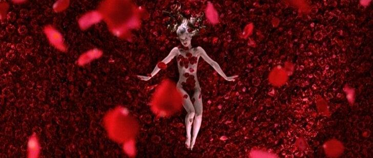 Mujer rodeada de rosas de la película American beauty