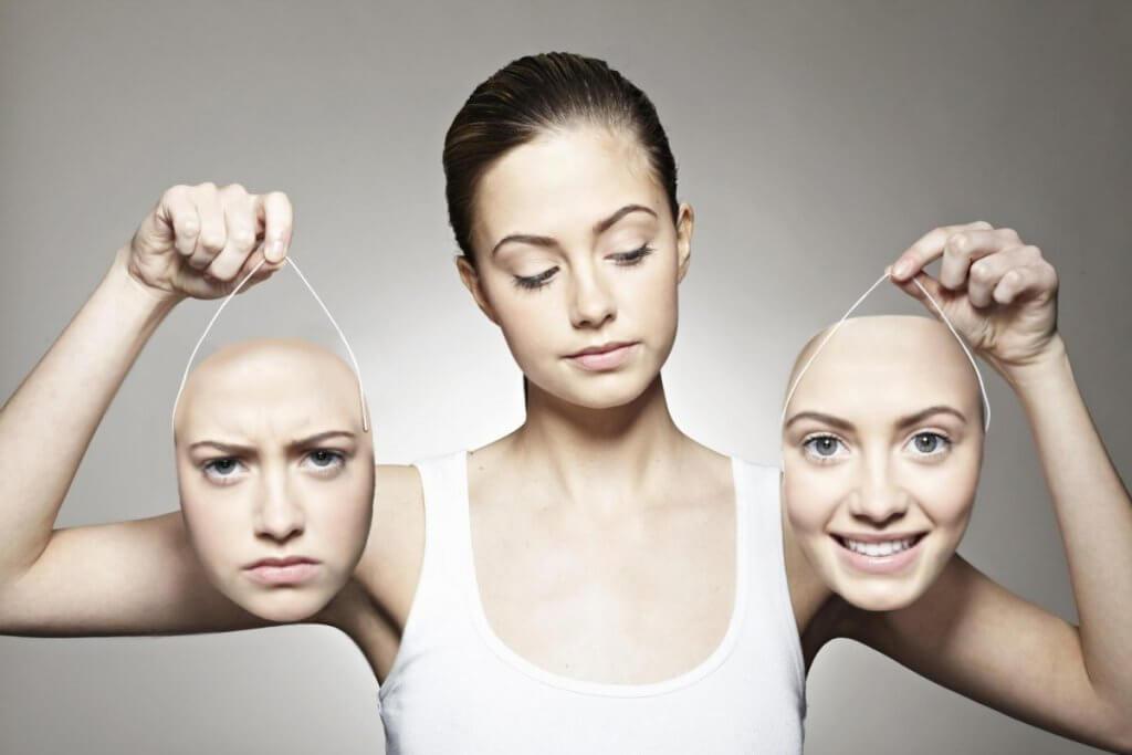 Mujer sosteniendo dos caras