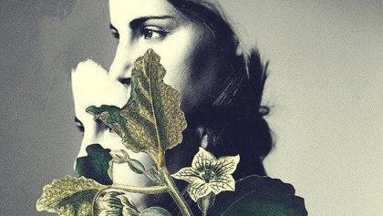 mujer triste intentando superar un rechazo amoroso