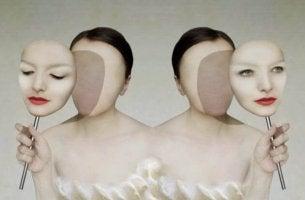 Mujeres con máscaras mostrando tipos de personalidad