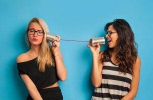 Mujeres contando rumores para representar a las personas cotillas