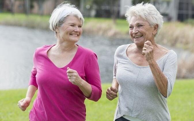 amigas haciendo deporte y buscando envejecer felices
