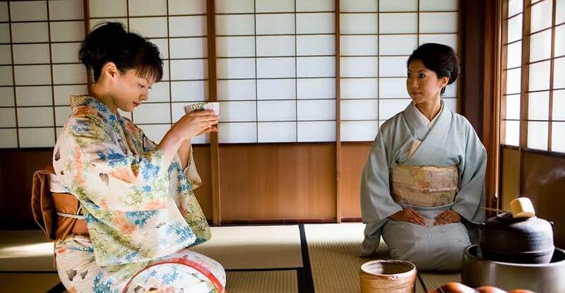 mujeres llevando a cabo ceremonia del té
