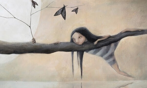 Niña sobre un árbol