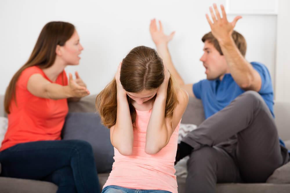Niña sufriendo por la discusión de sus padres