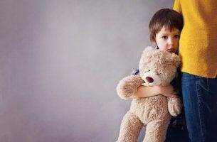 Niño víctima del síndrome de alienación parental agarrando a su madre