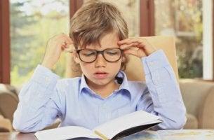 Niño enfadado haciendo los deberes