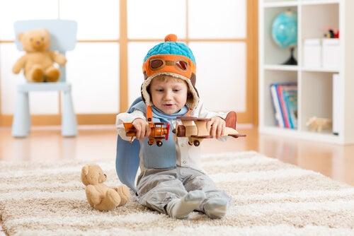 Niño jugando con aviones